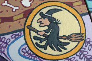 de Heks zwiert op haar bezem  boven het Treurwilgenwoud!