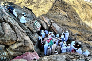 pelgrims bij de grot op de berg Hira